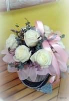 шляпная коробка с белыми розами 2600 р.