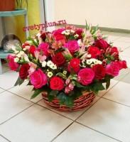 Розы в корзине с сантини и альстромерией 10 000 руб